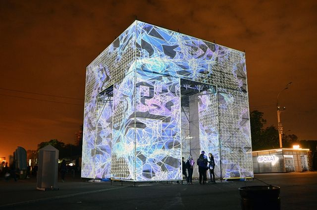 7269269_projection-mapped-cube-pulses-with-digital_875961cf_m
